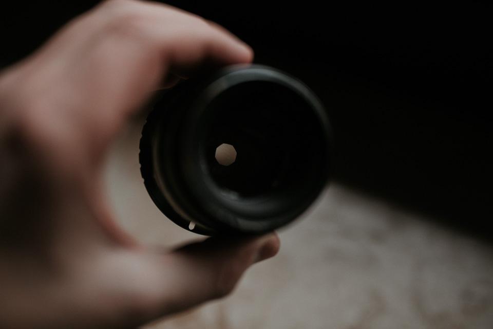 Objektiv mit geschlossener Blende für Foto mit mehr Tiefenschärfe