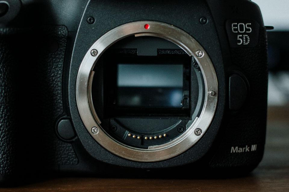 Spiegel über dem Vollformat-Sensor bei Spiegelreflex