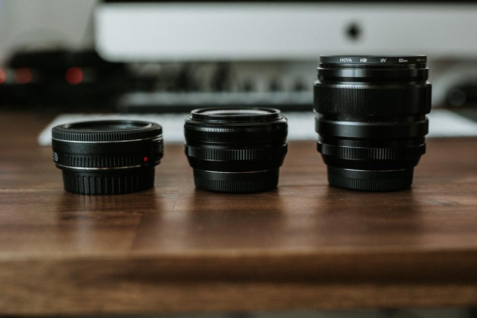Das Canon und Fuji Pancake im Größenvergleich.