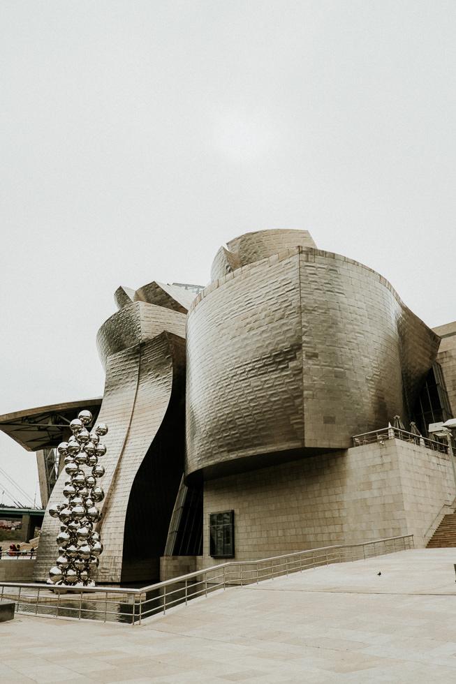Bilbao Sehenswürdigkeiten - das Guggenheim Museum mit Platin Platten