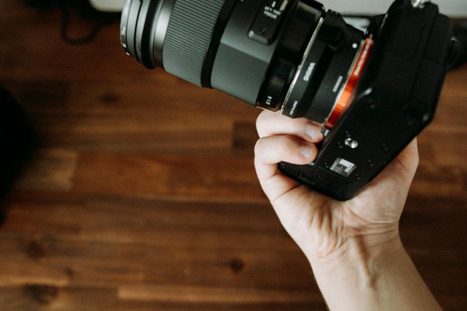 Sony Kamera Gehäuse greifen mit kleinem Finger