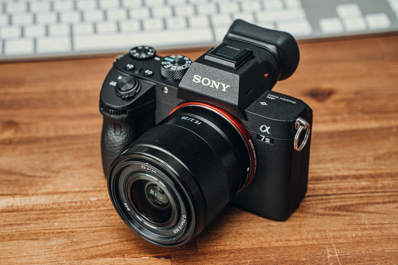 Sony SEL28F20 Objektiv an der Alpha 7 III